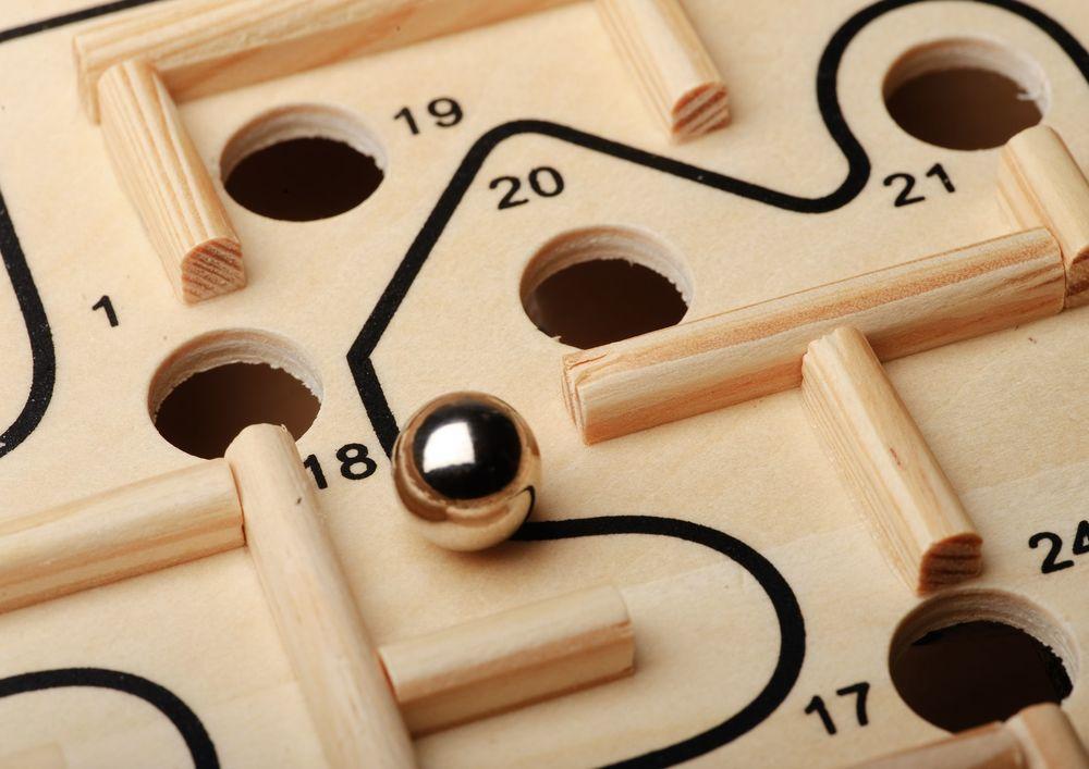 Das Kugel-Labyrinth als Key Visual   Ihr Unternehmen entwickelt seine Innovationsfähigkeit nur, wenn die Mitarbeiter sich entwickeln können.Das gelingt in einem fördernden Lernumfeld als Resultat von moderner Führungsarbeit. Wie im Labyrinth-Spiel kann man dabei nicht direkt eingreifen, sondern nur an Stellschrauben drehen.  Um erfolgreich Innovationen zu schaffen, braucht es die Kombination von Verspieltheit, Präzision, Leistungsbereitschaft und seriösem Experimentieren. Wie beim Spielen mit der Kugel.