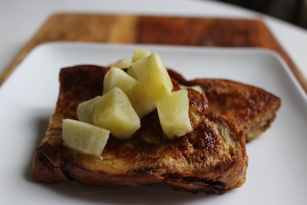 Apples and honey french toast | Me & the Moose. Stuffed or plain, this french toast combines fall flavors of apples and honey for a delicious breakfast or dinner. #meandthemoose #fall #frenchtoast #roshhashanah #apples #honey #breakfast