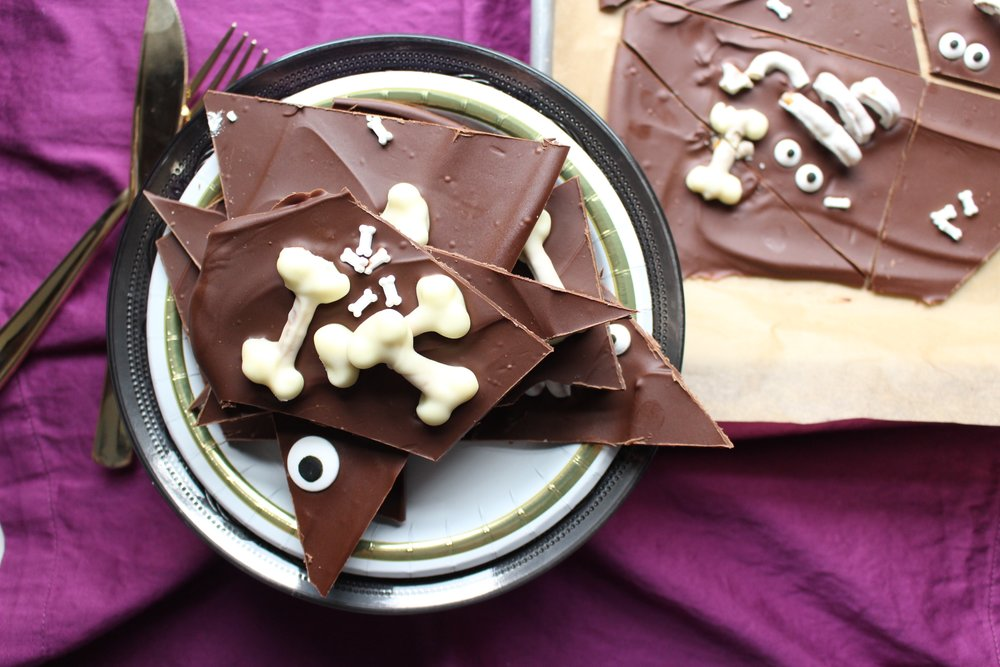 Boneyard bark | Me & the Moose. This boneyard bark is easy and cute for classroom parties, playdates, or just a Halloween treat. #meandthemoose #halloween #bark #boneyardbark #chocolate #marshmallows #pretzels