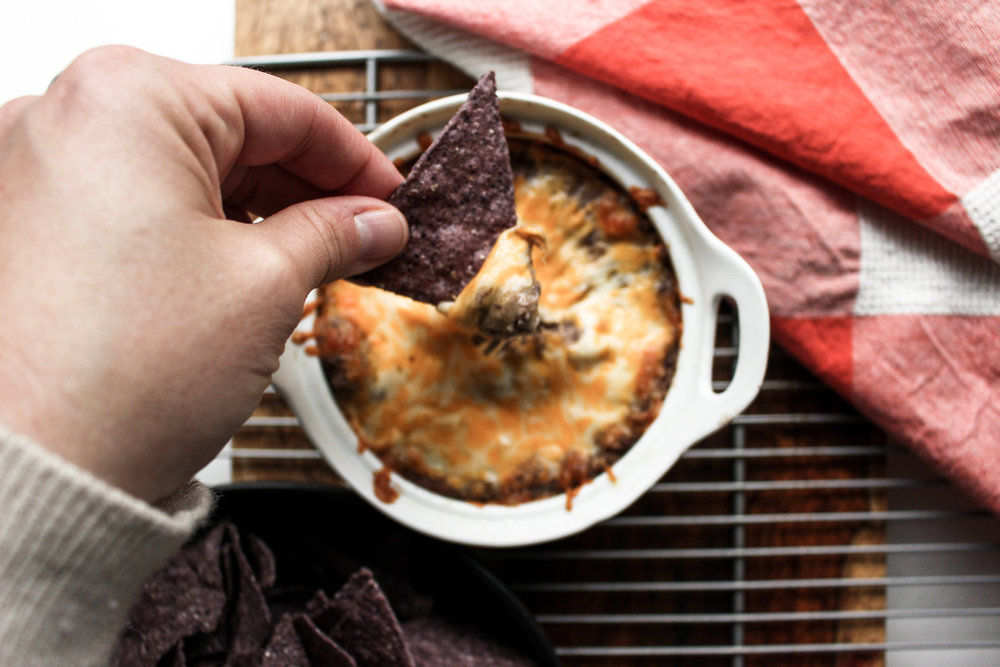 Black bean dip | Me & The Moose. This quick dip can go in tacos, quesadillas, and nachos for a hearty and fast meatless meal. And who doesn't love dip for dinner? #meandthemoose #meatlessmonday #vegetarian #blackbeans #texmex #dip #dinner #lunch #lunchbox