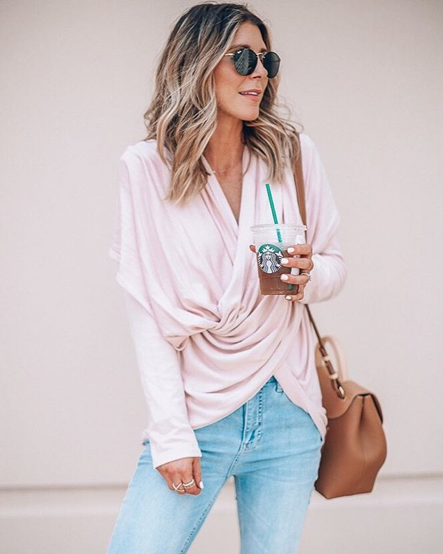 The softest of new sweaters 💕 we loved that she paired it with light ripped knees denim for a dressed down look!