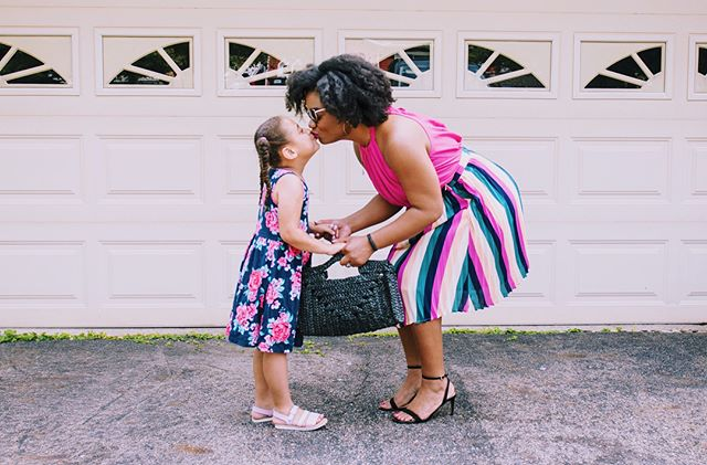 Is this a familiar scene for your family this first-day-of-school week!? — we can't decide if it's happy or sad! (And did you snag yourself a first day of school outfit like this cute mama...? 😘 @themomedit )