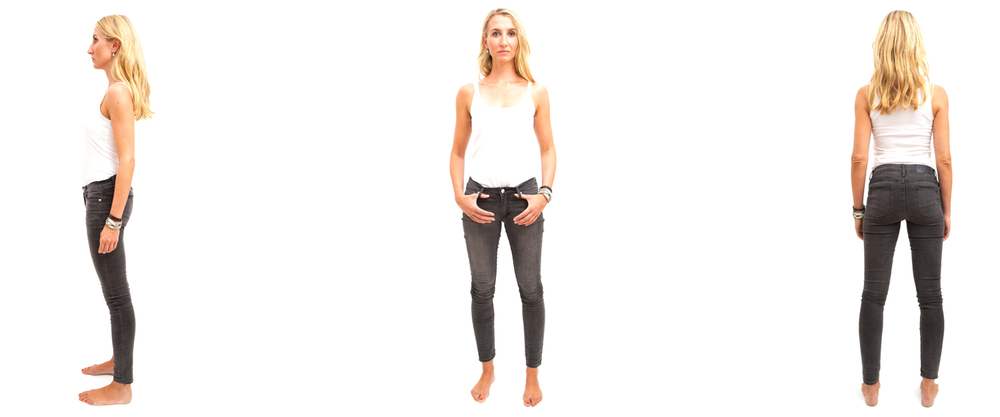Portrait eines blonden Models in Jeans und Shirt