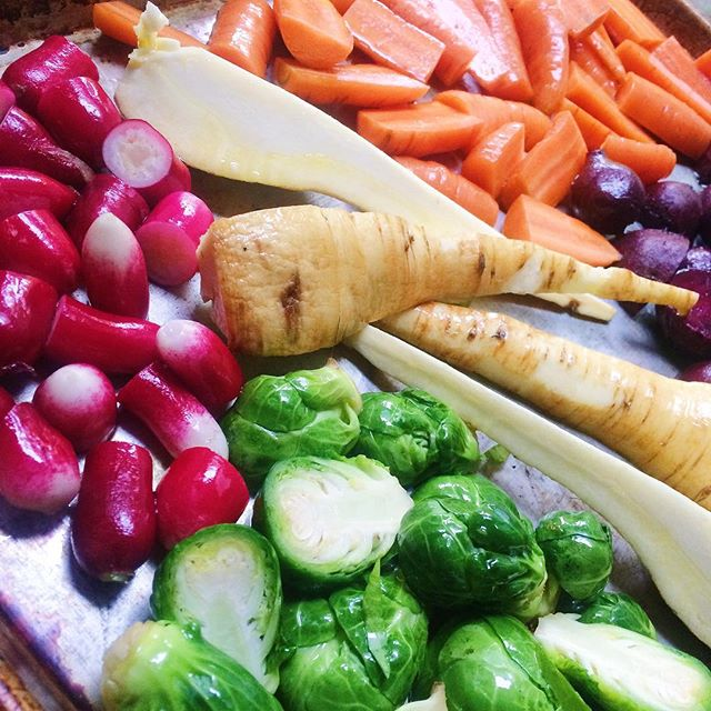 I call this my lazy dinner but really I had to put some time in to prep it all so I should pat myself on the back instead of thinking I'm being lazy! 🙃 #roastedveggies #fallharvestdinner #lazydinner #eatathome