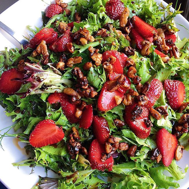 My go to salad at the moment! Garden greens & berries topped with loads of toasted pecans, drizzled with a balsamic maple dressing and some fresh dill for good measure 👌🏼 #homegrown #summersalad #strawberriesseason
