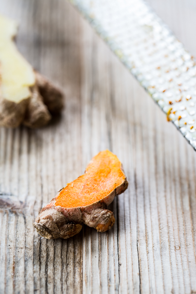 Anti-inflammatory Smoothie recipe with turmeric + ginger | edibleperspective.com