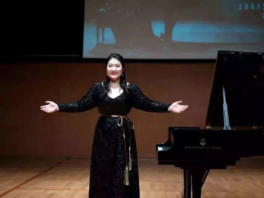 """""""来上海演出很多次,但在期待已久的上海东方艺术中心却是第一次,很开心,也非常激动"""",佳鑫说到。      是的,上海东方艺术中心是由法国著名建筑师保罗·安德鲁设计,外形宛若一朵美丽的""""蝴蝶兰"""",而厅内也全部采用高级别的音乐厅配置。能够想象,全世界优秀的音乐家们对来到东方艺术中心演出的期待,也能够想象音乐家在这样的环境里演奏音乐、观众在这样的环境中欣赏音乐的那种享受。"""