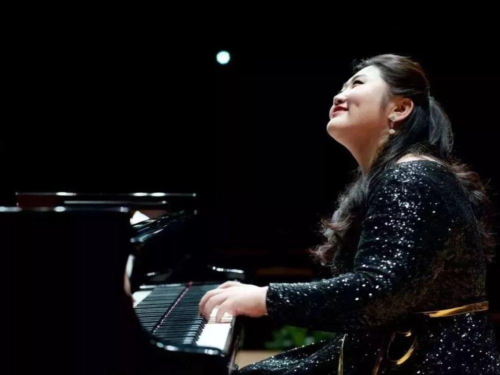 音乐会主题同名作品,来自贝多芬的《月光》和《热情》。  热情和月光这两首奏鸣曲是贝多芬非常非常著名的两首奏鸣曲  《月光》是贝多芬将悲伤情感灌注的一首钢琴曲,佳鑫的琴声里本就给了观众场景,但她依然在舞台上为这首曲子配上了一轮明月,更加将这首曲子的意境体现得淋漓尽致;  而《热情》非常深刻、强烈地表现了一种使人惊叹不已、勇往直前的力量,是登峰造极的钢琴奏鸣曲之一,也是佳鑫让现场、让观众感到震撼的曲子之一。
