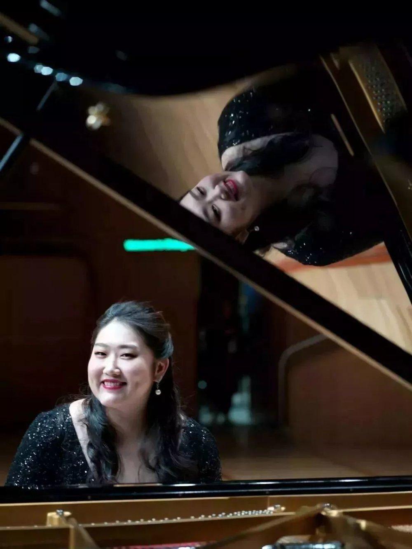 下半场,我们首先听到了佳鑫用上海话跟现场所有观众打招呼,她的温暖和亲切得到了现场观众热情的回应,她打破了传统音乐会的严肃和距离感,但她同时也不失音乐会本有的那份优雅与庄重。     按照佳鑫音乐会的惯例,音乐会的下半场总是会有我们熟悉的中华民族自己的优秀作品。本场佳鑫演奏了王建中老师的《山丹丹开花红艳艳》和黎英海老师的《夕阳箫鼓》▽  《山丹丹开花红艳艳》诞生于中国这片充满音乐气息的广袤大地上,深深地烙上了中华民族的印记,具有浓厚的民族韵味,及独到的民族音乐美学风格。这也是助力佳鑫在中学时期登上国际舞台的一首作品,对佳鑫可谓是意义非凡。
