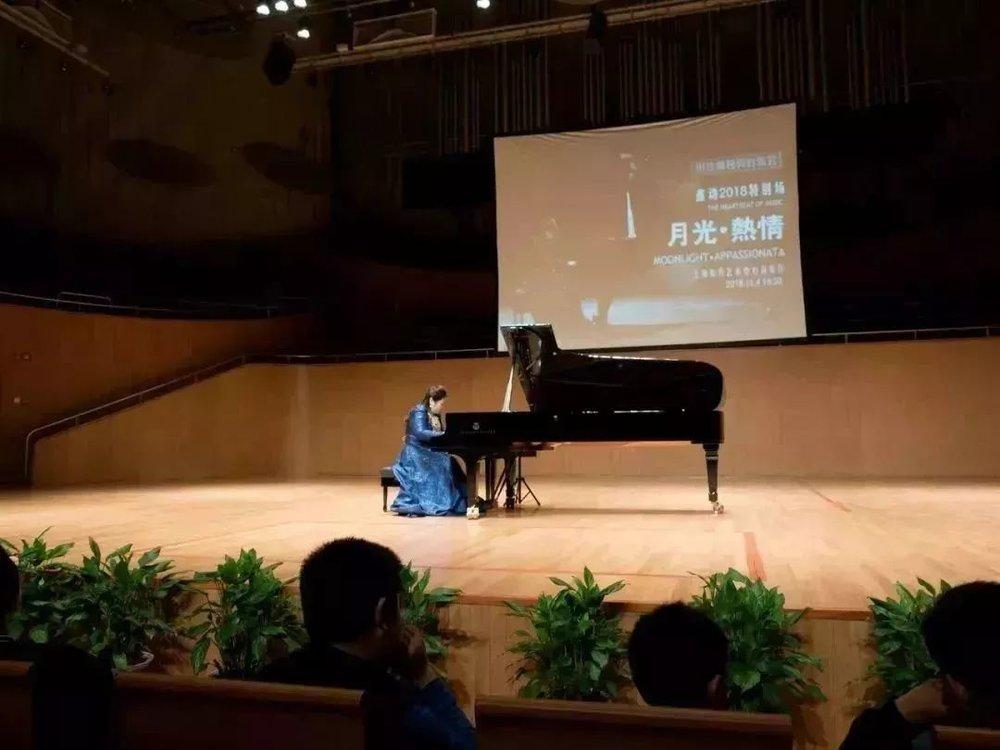 《夕阳箫鼓》里,佳鑫将用钢琴的音色来模仿我们中国的传统乐器箫、鼓、琵琶、古筝等,她让钢琴不再只是演绎西方音乐作品的乐器,同时也是能演奏我们中国音乐元素的乐器。