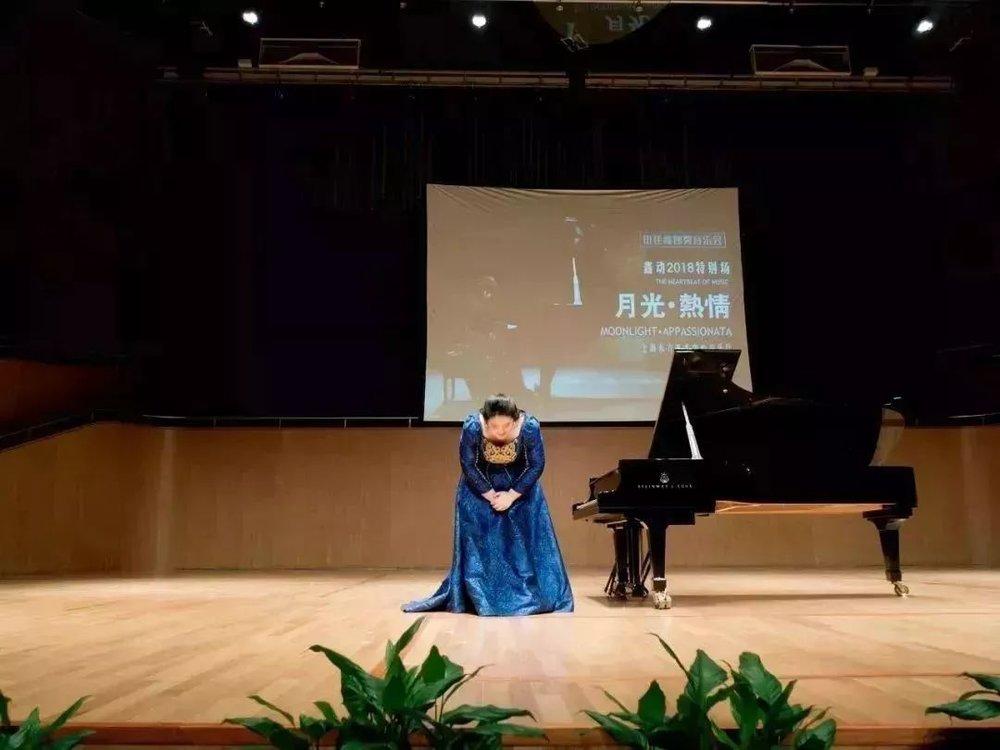 感谢佳鑫,用音乐架起中外文化艺术交流的桥梁,用音乐来向世界讲出我们中国人自己的故事、阐述我们的中国梦,用音乐让世界聆听到来自我们中国的声音。     或许上一秒我们还沉浸于佳鑫演绎中国作品的感动中,但这一秒,我们一定会被佳鑫的创新惊艳。   首先是来自门德尔松的《升f小调幻想曲》,这是佳鑫小时候就弹过的作品,结构相当复杂,练习过程如同经历一场噩梦一般,所以对这首作品除了印象深刻和情感深厚之外,最重要的是,佳鑫通过这首曲子的三个乐章对生活有了不同的感悟:每个人每天都在做着同样的事情,但我们如何能发现每天还有不一样的精彩~      接下来同样是门德尔松的作品,三首无词歌《威尼斯船歌》、《春之歌》、《失去的幻想》,佳鑫分别在选段里加入了沙画的元素,佳鑫非常希望这份创新能给大家足够的视听感受。