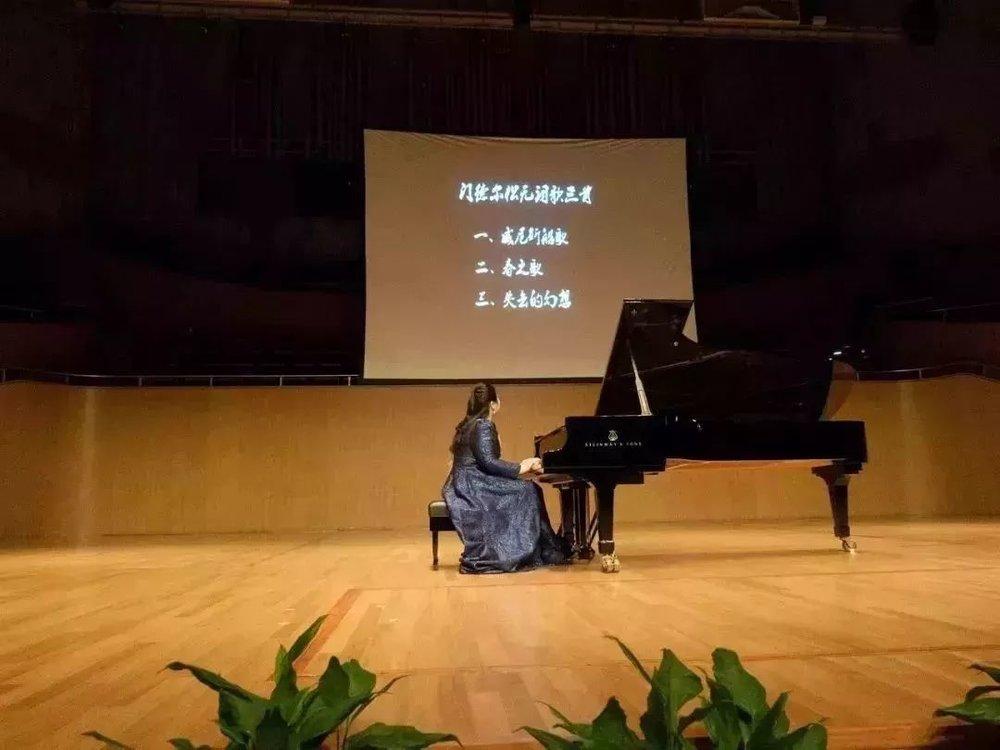 音乐会的最后和返场作品之一,佳鑫选择的是来自李斯特的超高难度作品,《匈牙利狂想曲第十二首》和享誉国际的《钟》。