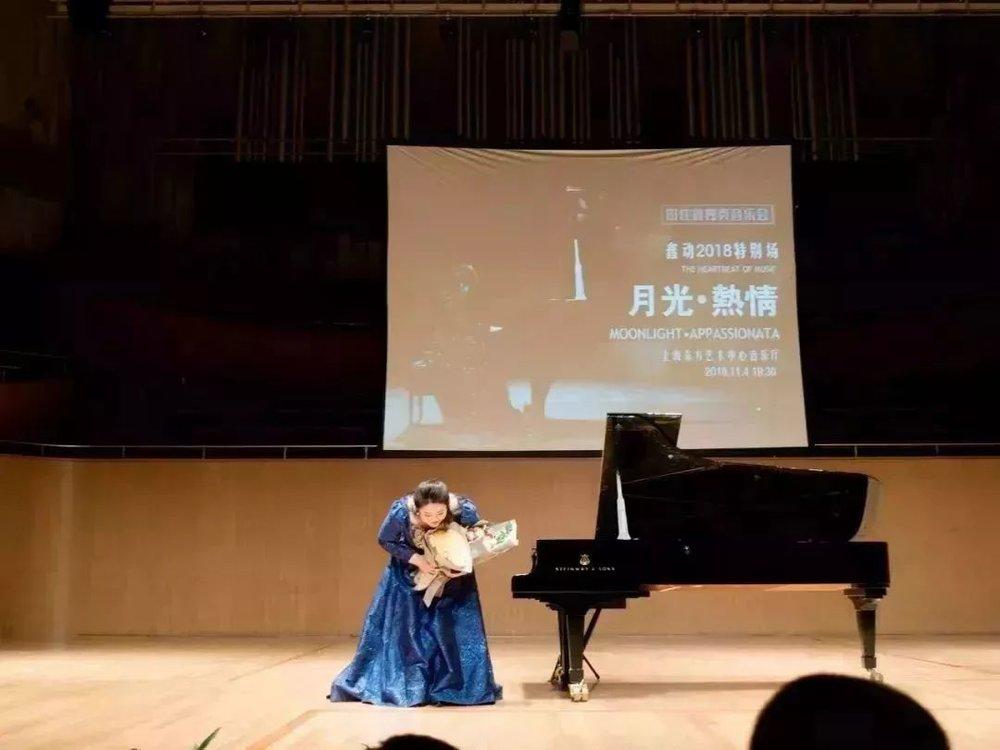 对于这两首作品,现场观众给予的回应是响彻不断的掌声,以及长时间在音乐里的沉浸。     每一年的这天,无论佳鑫在哪个国家哪个城市,音乐会都已经成为标配。因为这是佳鑫的生日,而身为钢琴演奏家的佳鑫,在这一天都会选择用音乐来感谢来自世界各地的乐迷,感谢人生中最重要的父母和老师,感谢一点一滴努力的自己。  因为这个特殊的日子,在返场环节佳鑫除了独奏,还和远道而来的学生一起弹奏了一首特殊的《生日变奏曲》,其中包括了莫扎特,舒伯特,李斯特,约翰·施特劳斯等不同作曲家的作品风格,佳鑫将这首作品送给现场观众和生日的自己,也非常开心能跟大家一起感受这份简单的快乐。