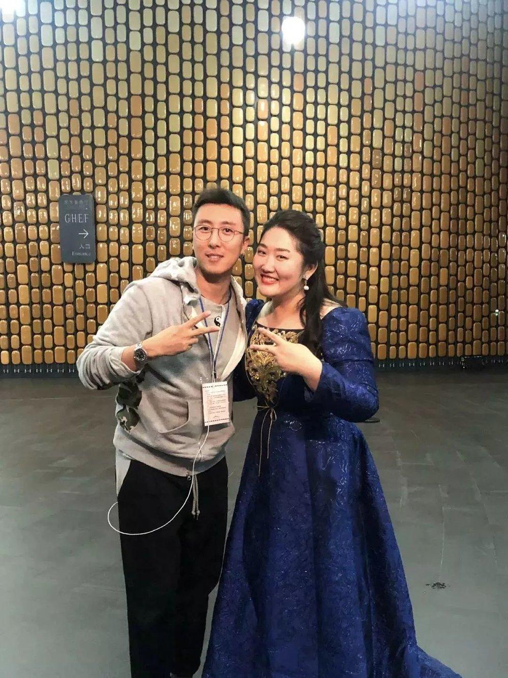 最后的最后,佳鑫弹奏了一首薛之谦的《刚刚好》,为记录所有的美好,也为记录下每一次的相遇。