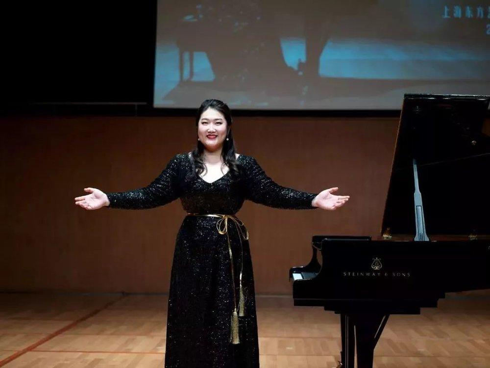 作为国际钢琴演奏家,佳鑫不仅专注于演奏技能,更是致力于将中华民族的音乐传承和传播,所以有幸参与到理念相同的项目当中,佳鑫内心非常开心。     到达会场后对音乐一贯持严谨态度的佳鑫,首先开始了试琴和调试,并全程亲自跟进,并且为了本次晚宴,佳鑫精心准备了不同时期、不同地域、不同风格的古典音乐作品:《肖邦幻想即兴曲》、《夕阳箫鼓》、《山丹丹开花红艳艳》、《门德尔松无词歌三首》、《钟》 ,其中包含了两首中国作品。