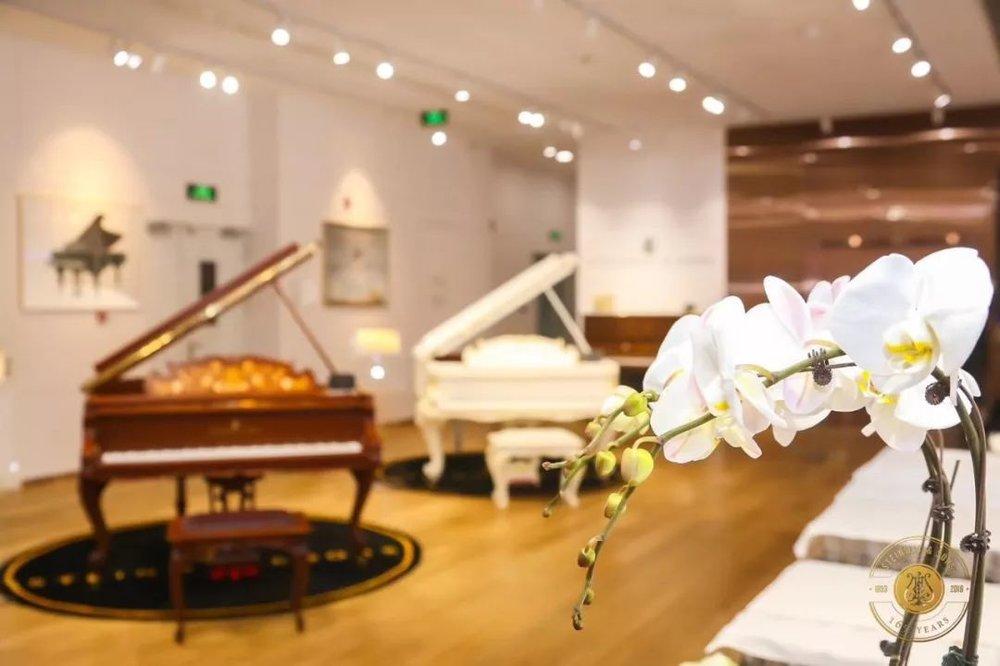 """施坦威是全球顶级钢琴品牌,而对于大部分80、90后的钢琴专业的学子们来说,施坦威在上大学之前,都是一个遥不可及的梦,""""我很幸运,3岁开始学琴,5岁登台第一次接触与弹奏施坦威,更荣幸的是能成为施坦威全球艺术家,并和它相伴成长"""",佳鑫说到。  无论是音色、触键、表现力,还是踏板的运用,施坦威的与众不同相信大家都有目共睹,而施坦威的SPIRIO系列更是作为钢琴界的神话而存在,它记录并可完全还原包含已故大师在内的许多位施坦威艺术家的现场演奏,佳鑫说,""""还原一段演奏并不难,而百分之百还原一个钢琴家的演奏和情感却只有施坦威能够做到。"""""""