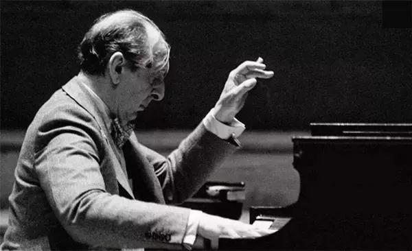 霍洛维茨(Vladimir Horowitz)  世界最负盛名的钢琴家之一  也是一位燃烧着激情、并特立独行的伟大艺术家