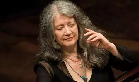 马尔塔·阿格里齐(Martha Argerich)  她是肯尼迪中心终身成就奖得主  被视为当代最伟大的钢琴家之一     继这些伟大的音乐家之后,  站在地标建筑肯尼迪音乐厅舞台上的是她 ▽  国际钢琴演奏家、施坦威全球艺术家     田佳鑫