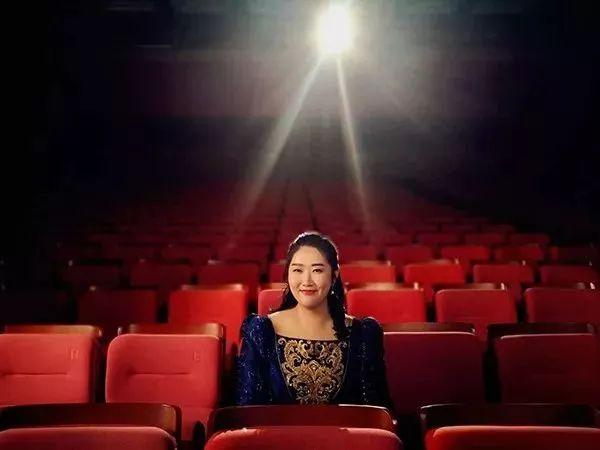 """除此之外,她还是  北京联合国教科文组织协会""""和平大使""""  中法国际教育文化协会(IEEC)全球艺术顾问     佳鑫从开始学钢琴就严格要求自己,每天练琴的时间保持在6小时,即使历经重点中学、高考,直到现在享誉国际,也依然没有变过,成功=热爱+天赋+努力,这句至理名言在她身上体现得淋漓尽致。  并且佳鑫从上学时期就为自己定下目标 ▽  1  成为一名杰出的国际钢琴演奏家,登上全世界的顶级音乐厅开自己的独奏音乐会;  2  把中国的作品带向国际舞台,让世界聆听到来自中国的声音,同时将国内外的文化融合,带给她的每一位观众。     如今  她是享誉国际的钢琴演奏家  她连续多年举办世界巡回独奏音乐会  她登上每一个舞台也必定带着中国的作品"""