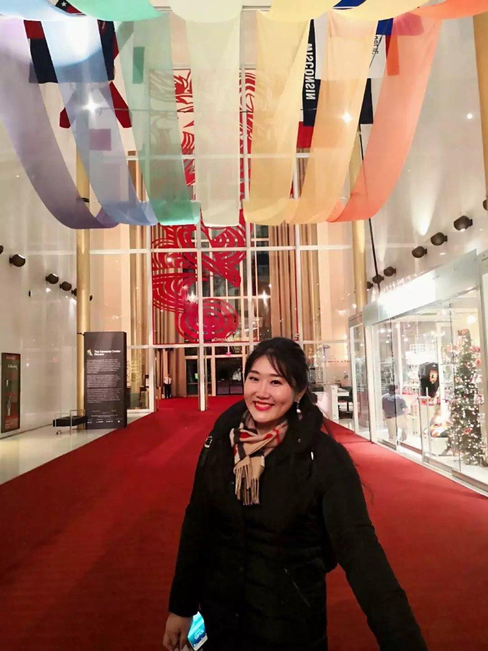 """肯尼迪音乐厅作为2018年度巡演的最后一站,佳鑫为特别的音乐厅选定了特别的演出曲目 ▽   来自莫扎特的《小星星变奏曲》,我们看到了佳鑫的纯真与音乐的美好;  来自贝多芬的《月光》和《热情》,我们看到了佳鑫的态度与作品背后的故事;  来自门德尔松的《无词歌三首》和《升f小调幻想曲》,我们看到的是佳鑫的人生感悟与历程  .....  以及必不可少的,下半场中来自中国的饱含着东方元素的作品《夕阳箫鼓》和《浏阳河》。  《夕阳箫鼓》作为佳鑫的代表作品之一,也是佳鑫一直在做的将中国作品带向国际舞台的重要作品。在这首作品里,我们可以听到佳鑫用钢琴同时弹奏出了古筝、箫、鼓与琵琶等中国民族乐器的声音,非常震撼;与此同时,佳鑫又选择了一些与作品相得益彰的东方元素呈现在肯尼迪艺术中心的音乐会舞台之上,那就是佳鑫为这首作品特别准备的服装 ▽  一袭古典的蓝色长裙,由中国第一代服装设计师,也是中国最早的高级定制服装设计师 ▶ 郭培 ◀ 设计。坚守着对于完美的极致追求,她设计与制作了这一袭礼服,她说:""""钢琴可以弹奏现代的音乐,但钢琴是一件具有古典气质的乐器,骨子里渗透着高贵、优雅。用饱含古典气质的钢琴演奏中国作品,而与之相称的演奏者的服装也应该是呼应着古典气质的中国工艺,并且蓝色在舞台上是一个非常有礼仪、也理性的色彩,配合于你有着韵律的乐曲。"""""""