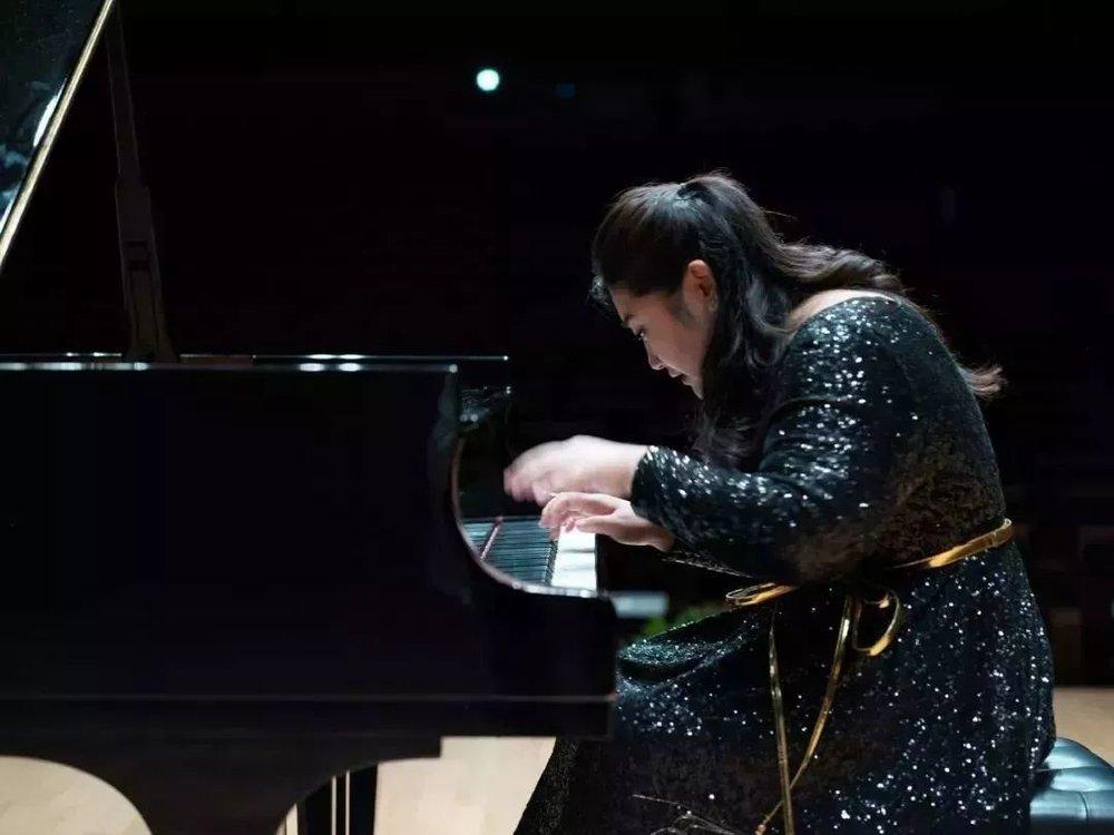 她从3岁开始学钢琴,她的童年保持着每天6小时的练琴,即使在重点中学和重点高中,也依然没有停止或减少,现在的她享誉国际,每年都有着无数场世界顶级音乐厅的演出和国内外的连续巡演,但她没有一点松懈,依然保持着每天6个小时的练琴时间,一分一秒都不能少。  并且,她于2012年录制了她筹备已久的第一张专辑,整张专辑收录了来自国内外的她的代表作,超高难度的李斯特的《钟》,来自贝多芬的《月光》和《热情》,以及引起世界共鸣的中国作品《夕阳箫鼓》...至此她的CD已售卖至全世界,并得到非常好的反馈,而这张专辑也是经过多次复刻,佳鑫自己都是非常吃惊的。