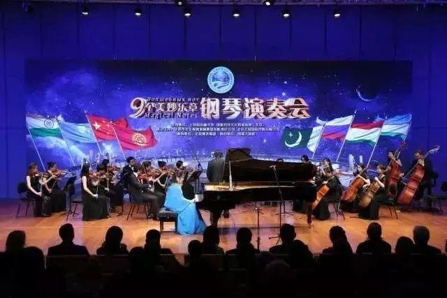 10月21日|北京市国图艺术中心  田佳鑫携北京优秀钢琴老师和学生举办VFUN城市音乐厅多钢琴音乐盛典,整场音乐会由佳鑫主导编排,并担任首席钢琴演奏。
