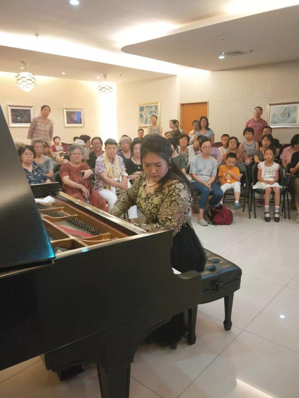 10月14日|北京VFUN城市音乐厅  这个时间正值多钢琴音乐盛典的紧张排练期,佳鑫还是非常愿意空出一个下午的时间举办大师班,只为给在学琴路上有疑问的孩子和陪练路上有疑问的家长提供方式,解除疑虑。