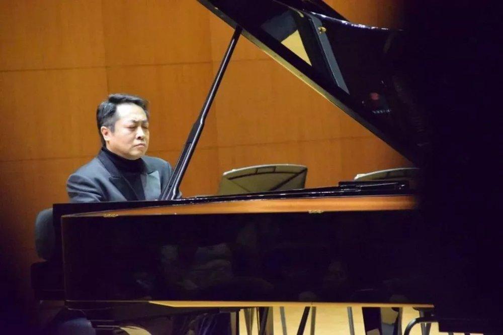"""""""杜老师是佳鑫非常喜爱,也和佳鑫非常有缘分的一位钢琴家,记得第一次见到杜老师是在北京录制我第一张专辑的时候,没想到录音师是和给杜老师录音的同一个老师,沈援之老师,那也是我第一次听到杜老师的专辑,音乐非常细腻,但这么久以来都是各自忙碌,今天能再次遇到真的是特别的缘分。""""  杜老师演奏的是两首浪漫主义时期的作品,《肖邦夜曲第八首》和《肖邦A大调波兰舞曲Op.40No.1》 ▽  《肖邦夜曲第八首》创作于1835年,是肖邦夜曲中最优美,也是最能符合人们对于夜曲这个词想象的一首作品:静谧、安详、充满夜的恬静感受。  《肖邦A大调波兰舞曲Op.40No.1》这首作品气场雄伟,具有英雄凯旋性的、极为豪放的、勇敢的军队性格,表现了斗志昂扬、欢欣鼓舞、热烈壮观的场景,它还被人们冠名为""""军队波兰舞曲""""。"""