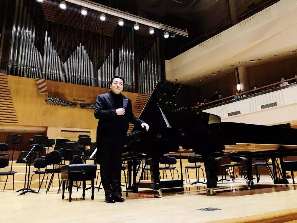 """独奏钢琴家很少展现双钢琴协奏的演奏,因为他们往往对曲子都有着不同的理解与处理方式,而今天在这里,大家就有幸一睹两位大师的双钢琴风范 ▽  莫扎特《双钢琴协奏曲 KV365》  """"这首作品是莫扎特当时从巴黎返回家后,他为自己和其妹南内尔所创作;同时,这首作品对佳鑫也有着非常特殊的意义,正好在中法建交50周年的时候,我和法国国宝级指挥大师菲利普•昂特勒蒙在国家大剧院一起合作了这首作品,为刘延东等国家领导用音乐的形式来表现中法建交50周年,今天同样也是由一位法国钢琴家和一位中国钢琴家来合作这首作品,所以有那么一瞬间,感动就涌上了心头"""",佳鑫回想到。"""
