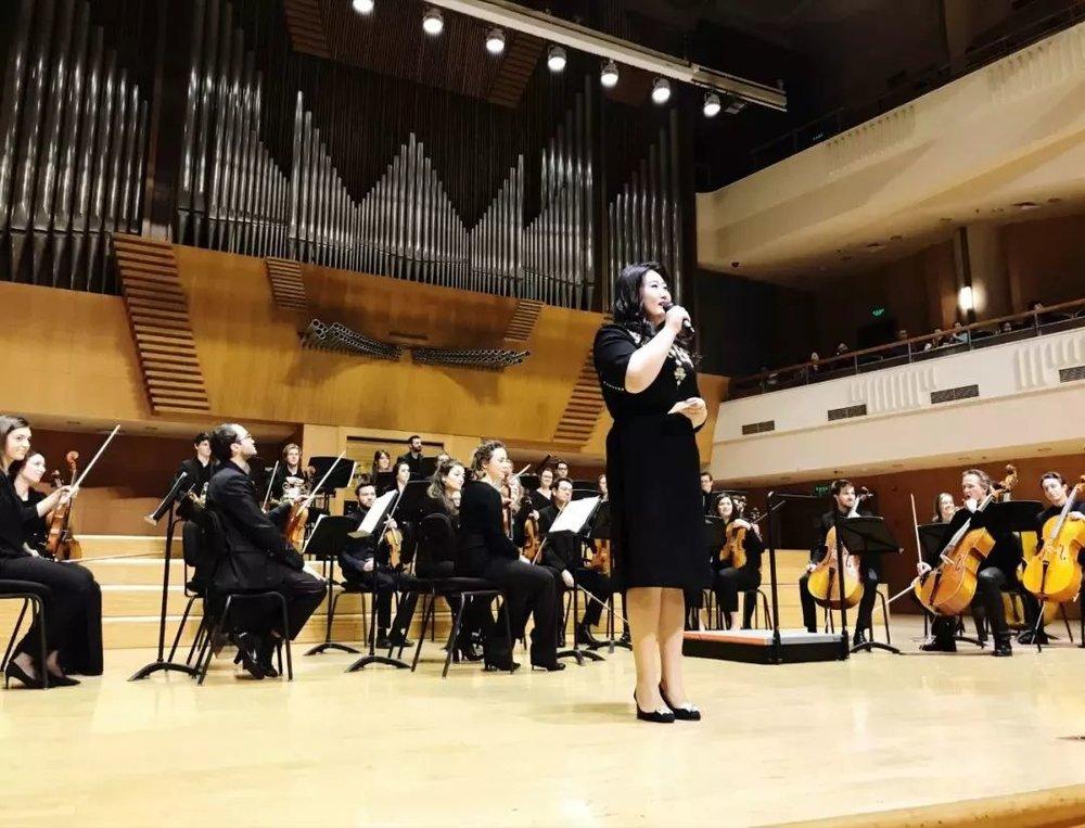 佳鑫与新欧洲室内乐团指挥尼古拉·克劳泽(Nicolas Krauze)