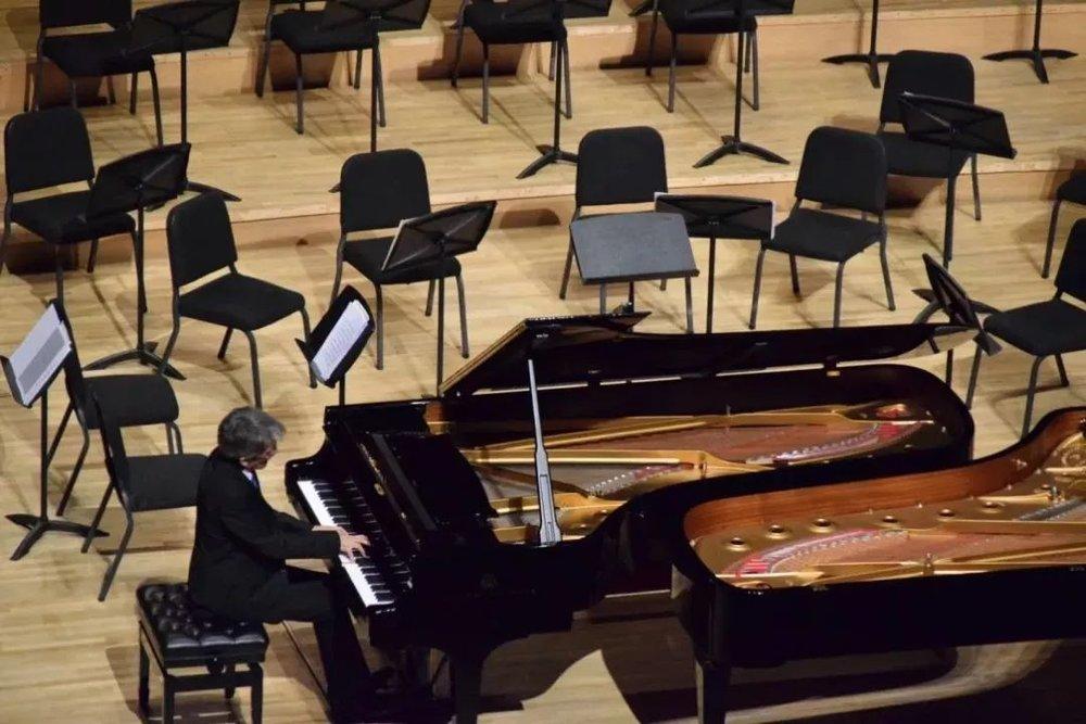 观众席  有人为音乐而展露笑容,有人为喜爱的音乐家而掌声不息,也有人为琴声而为之动容,可能因为音符串起来的不仅是旋律,还是故事,是生活,是岁月。     两位钢琴家更是和乐团一起合作了对佳鑫来说也意义特别的莫扎特的《双钢琴协奏曲 KV365》,打破了独奏钢琴家很少展现的双钢琴协奏的演奏方式,也展示了独奏钢琴家之间技艺的切磋与交流 ▽