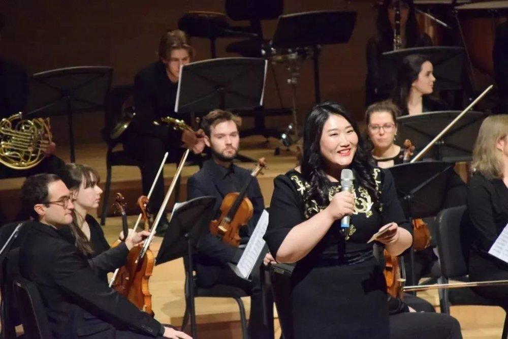 """音乐会的下半场,仍然是来自新欧洲乐队演奏的勃拉姆斯《匈牙利舞曲》第5号和第6号 ▽      升f小调《匈牙利舞曲第五号》   堪称勃拉姆斯所有作品中最为流行的一首,磅礴气势与粗犷豪放的旋律具有明显的查尔达什舞曲的特征,实际上就是一首弗利斯舞曲。   《匈牙利舞曲第六号》   是那么的澎湃,如烈焰般的激扬气氛,如带动心灵的起舞节奏!音乐给了一种温暖、丰润之感,极具透明度,灿烂之余却又合乎中道,是一首振奋人心的乐曲。     自由节奏与即兴性是浪漫主义时期音乐的重要特征,勃拉姆斯音乐跟其他浪漫派音乐家极其不同的是他的古典主义,经过深思熟虑和用心琢磨的音乐,恰恰是最能打动人心的。就在天津站的音乐会之后,佳鑫还和指挥聊起了这个作品,""""我们都觉得这样的作品,在节奏和风格把握上都是难点,很多人认为是自由发挥,其实所有的节奏与节拍都要藏在心里才能控制好"""",佳鑫说到。"""