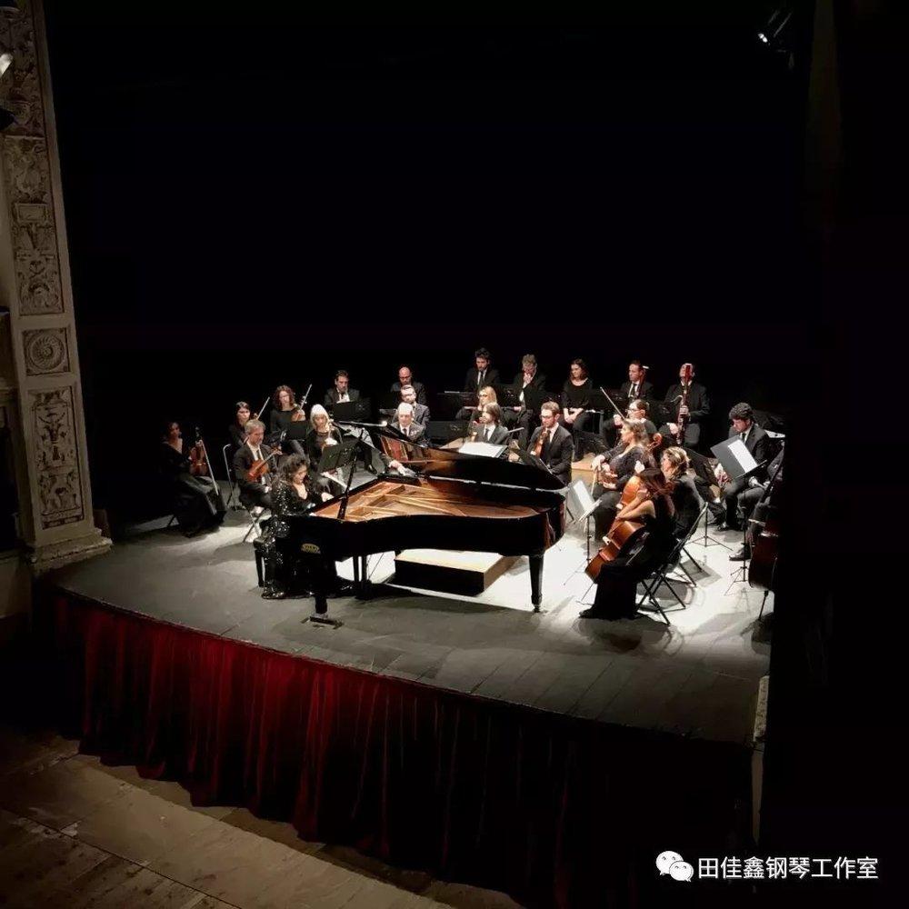 莫扎特《d小调第二十号钢琴协奏曲k466》三个乐章一共将近30分钟,这不长的时间里,全场处于无声状态,静默聆听,当最后一个音符落下,全场掌声不息,喝彩声此起彼伏。对观众来说三个乐章怎能尽兴,所以他们用这般热情来邀请佳鑫继续这精彩的演奏,佳鑫也不忍辜负这掌声和期盼,连续两次返场为大家送上高难度曲目李斯特的《钟》和中国作品《山丹丹开花红艳艳》,若非时间不允,我想这场演出将会无止境的进行下去。  是的,古典音乐起源于欧洲,所以欧洲的观众对于古典乐是尊重、严谨和挑剔的,他们对于音乐表现力的判断是准确的,他们对于音乐家的标准是严苛的,所有这些,对于来自中国的国际钢琴演奏家佳鑫来说,是与生俱来的天赋,和自始至终的付出与努力。
