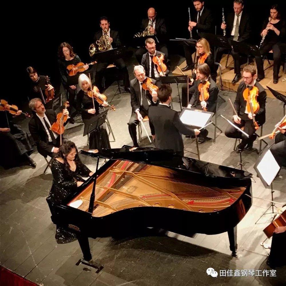 关于莫扎特、钢琴协奏曲与《d小调第二十号钢琴协奏曲K466》   首先,钢琴协奏曲这一音乐形式的发展,莫扎特发挥了极为重要的作用,如果说海顿是古典主义的奠基人,那么年纪比海顿稍少的莫扎特是把协奏曲这一体裁发展到了空前绝后的地步;  其次,莫扎特的钢琴协奏曲饱含了歌剧性、交响性与钢琴性,他的乐曲轻快、精巧、纯净、典雅,富有活力,欢乐中隐含淡淡哀愁,同时较少炫技也很少追求激情,但总能给人亲切、温馨的感觉,所以演奏莫扎特音乐时指尖的控制力,速度和节奏的掌控力极为重要;  最后,莫扎特29岁时开始的《d小调第二十号钢琴协奏曲k466》的创作,也是被认为是世界之首的钢琴协奏曲。当时莫扎特正值事业巅峰,而在这部作品的创作中有着明显的戏剧张力,罕有地用小调进行协奏曲的创作,听来不似其他作品般或轻盈、或光明,而蕴含了一种略阴沉、忧郁的色彩。