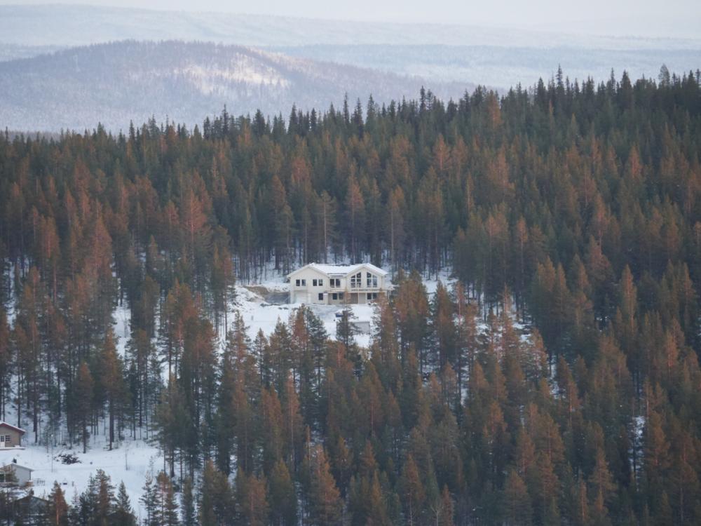 Huset ligger på berget Repisvaara, med utsikt mot Dundet! Har redan nu börjat planera vart jag ska dra skidspår i skogen bakom! =) Känns grymt kul att man har det här att se fram emot! /Marcus