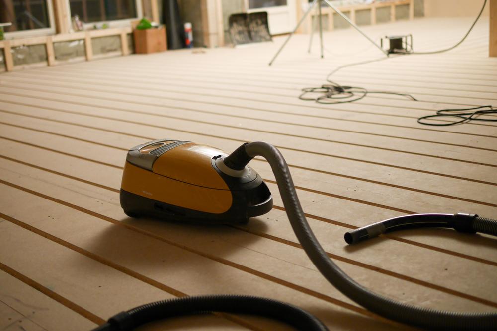 Anna fick rycka in lite och dammsuga urfräsningen för golvvärmen då den ska läggas snart på andra plan.