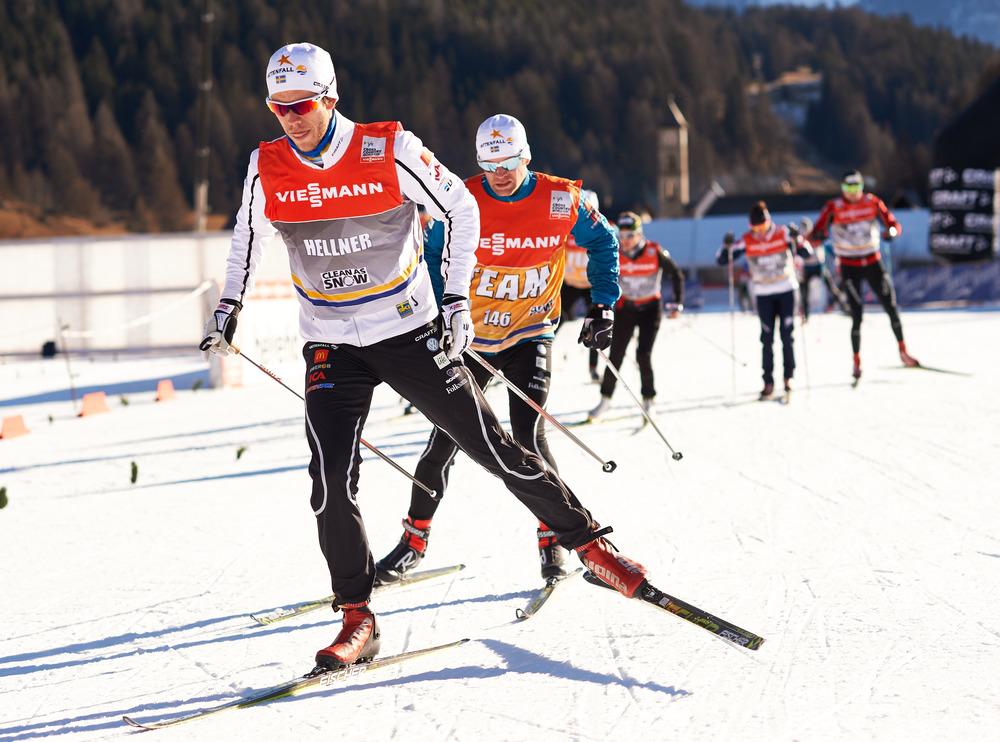 Jag och Magnus går igenom skidorna inför imorgon.