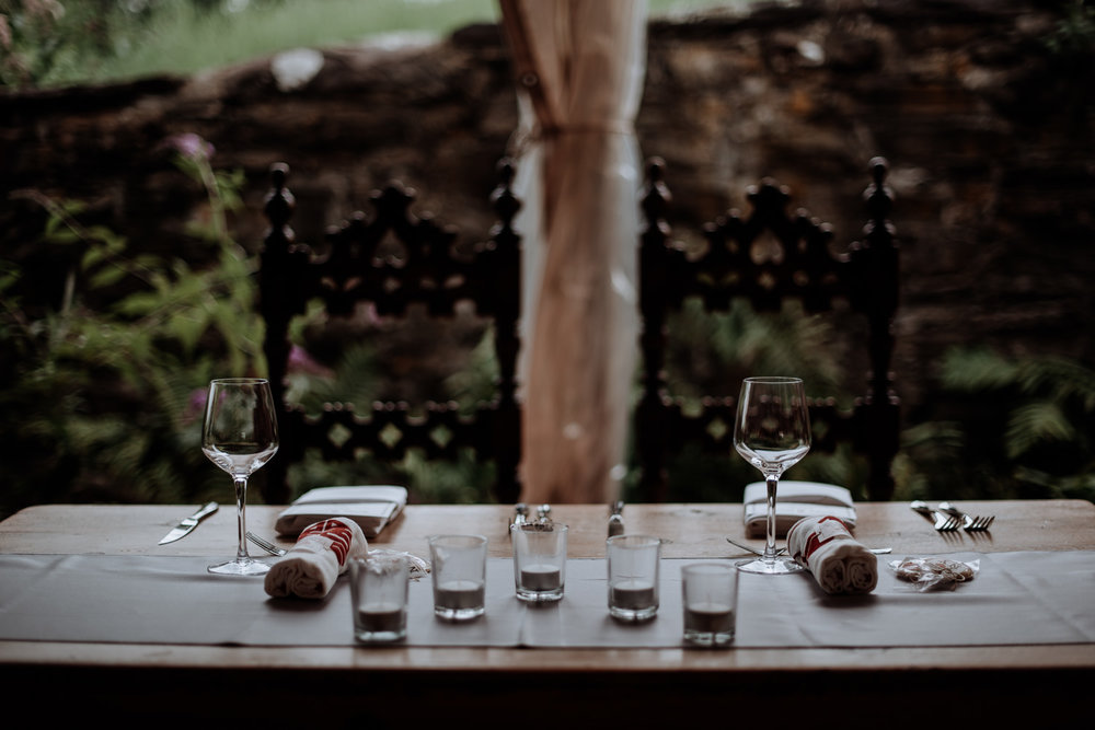 sweetheart table at red maple vineyard