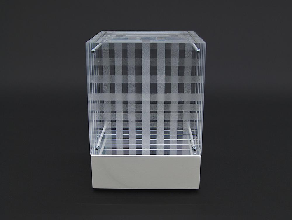 objekt nr. 08/2010- acrylglas bemalt - 15 x 15 x 15 cmauf drehbarem sockel
