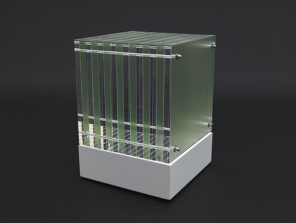 objekt nr. 04/2010- acrylglas bemalt - 15 x 15 x 15 cmauf drehbarem sockel