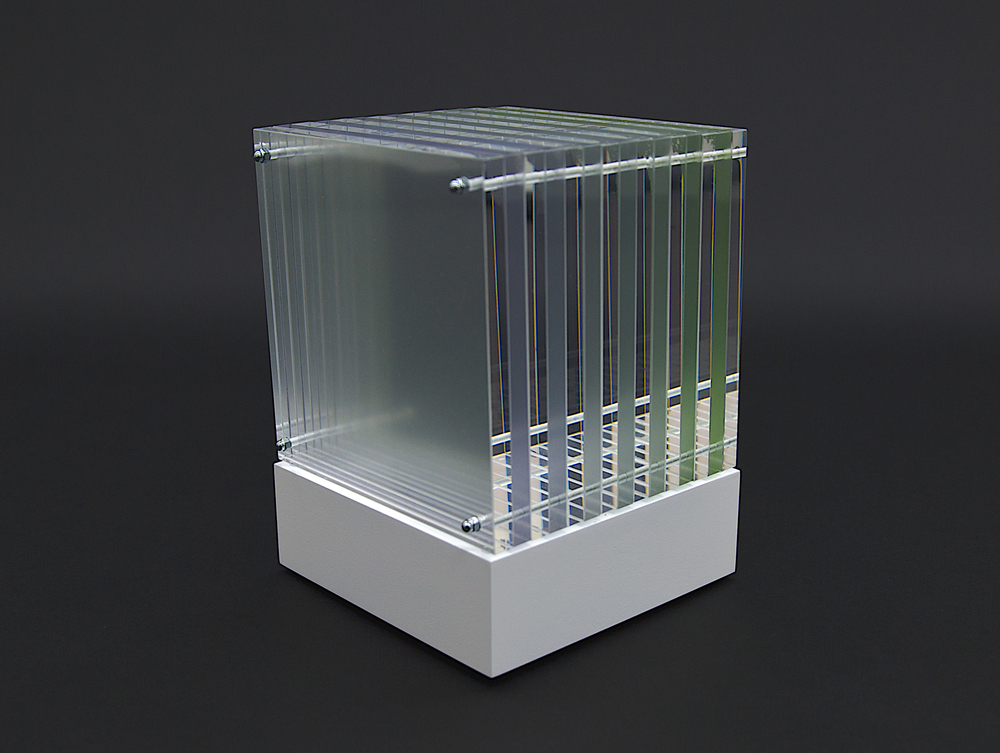 objekt nr. 09/2010- acrylglas bemalt - 15 x 15 x 15 cmauf drehbarem sockel