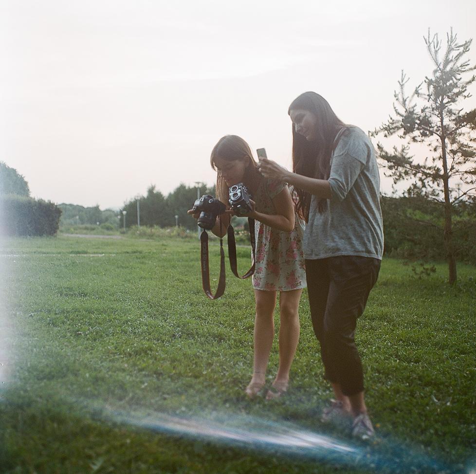 Стилист проекта Алла и я,с двумя камерами в руках. Сам кадр снят на Салют