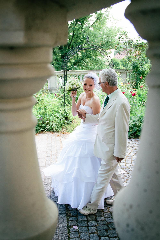 Der Brautvater führt die Braut zum Traualtar