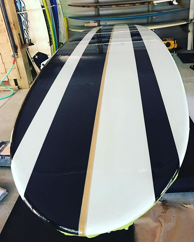 Nothing like an outdoor gloss job!  Never finished glossing this paddle board for @buescher.p before we moved.  Felt good to actually work on board again but it sucks working under the house with all my stuff in boxes.  Hoping for a shaping room soon 🤞 #headhighsurfboards #paddleboard #gloss #outside #noshapingroom #surf