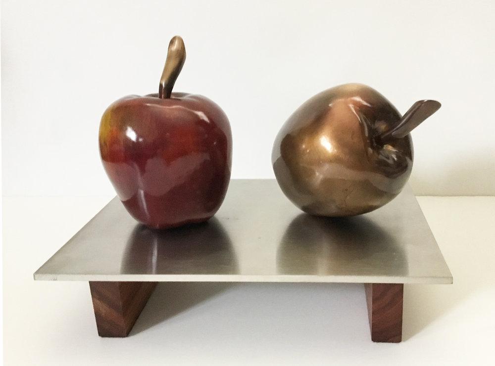 Pomme rouge et pomme bronze 10 X 7 X 7