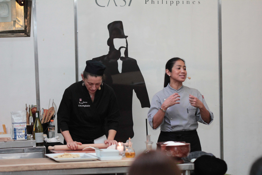 Carla Brigliadori demonstrates as Margarita Forés explains the process to the class.