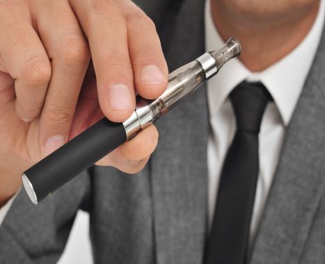 Elektroniczne papierosy (EC) - Jesteśmy przychylni EC, i zapraszamy wszystkich, którzy chcieliby wykorzystać EC przy rzucaniu palenia. Pacjenci dalej palący i stosujący e-papierosy, aby rzucić palenie, mogą w dalszym ciągu odbywać cotygodniowe wizyty w celu uzyskania pomocy doradcy. Nie możemy dostarczać EP, ponieważ nie są one licencjonowane do użytku jako środki pomocnicze w rzucaniu palenia. Doradca może omówić z pacjentem sposoby unikania tytoniu, radzenia sobie z łaknieniem nikotyny i jak zmniejszania dawki nikotyny w e-papierosach.