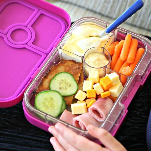 The Yumbox Panino in Bijoux Purple In Use