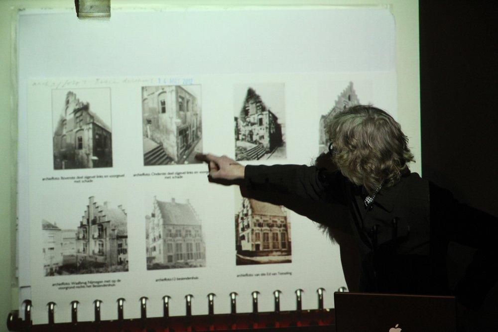 Mirjam Kuitenbrouwer - Crisscrossing   e in Nijmegen geboren kunstenaar Mirjam Kuitenbrouwer werd uitgenodigd voor een eindejaarsinvulling d.m.v. een te projecteren videowerk. In haar project voor het Besiendershuis transformeerde zij de glas-in-loodramen tot een schaakbord van open- en dichtgaande luiken, waarin tientallen lenzen vervat zijn