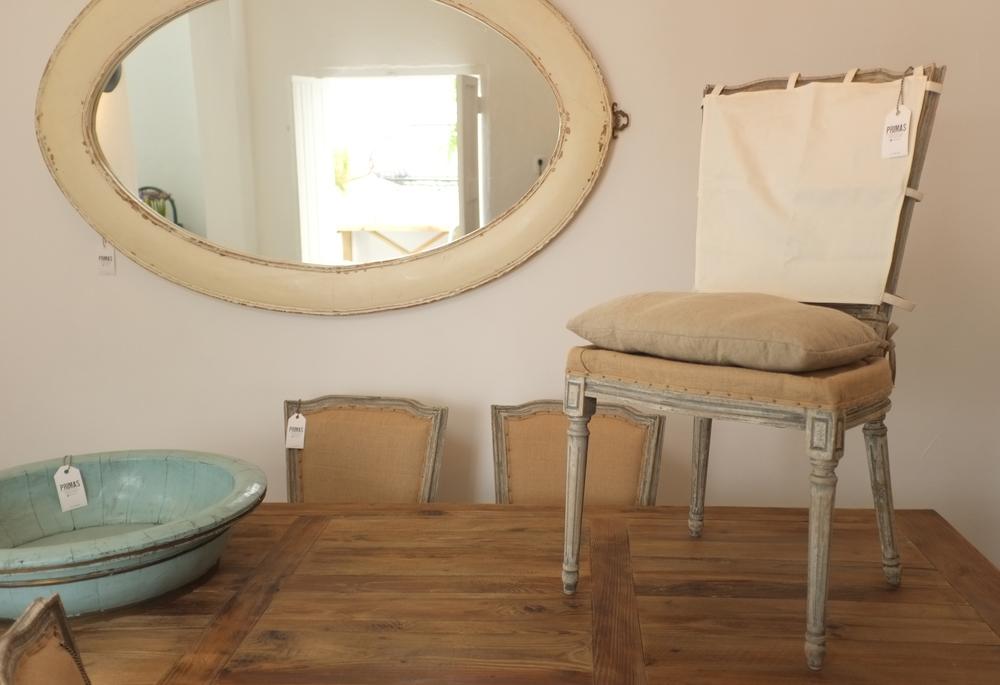Silla Gus, espejo reciclado y batea de madera antigua